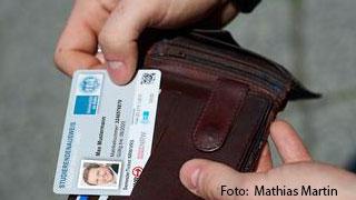 Foto - Detail - Jemand legt seine UCCad in seine Geldbörse